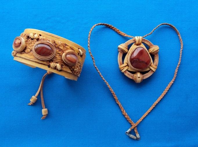 """Украшения браслет и кулон из бересты с натуральным камнем """"Песнь сердца"""""""