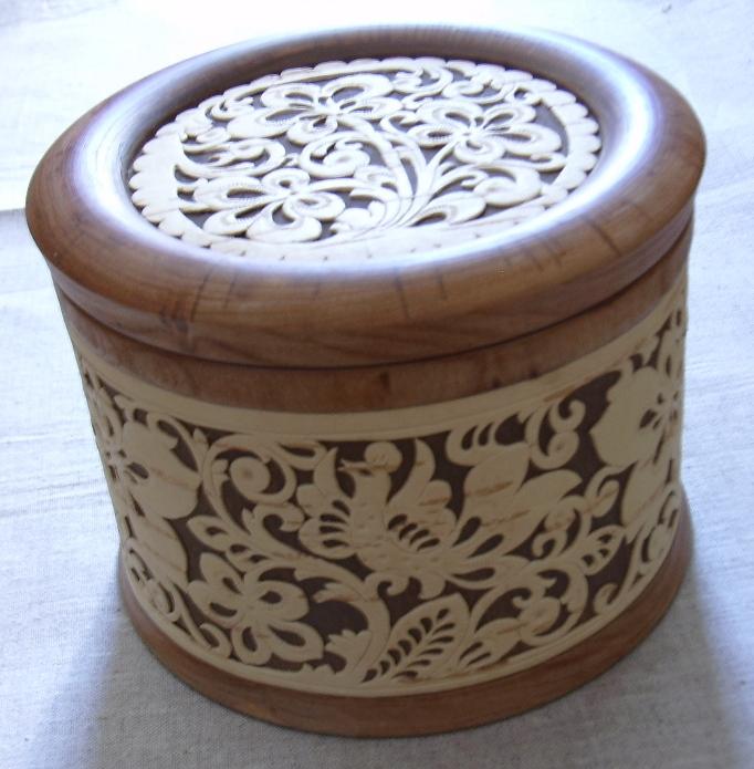 шкатулка из дерева с прорезной берестой авторской работы